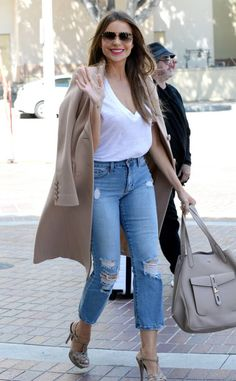 Sofia Vergara from The Big Picture: Today's Hot Photos All smiles! The Modern Family actress waves to fans while making her way through Los Angeles. Tv Show Outfits, Family Outfits, Sofia Vergara, Hourglass Fashion, Hourglass Style, Hourglass Body, Amy Winehouse, Hottest Photos, Celebrity Style