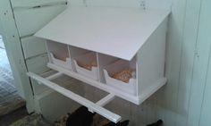 Värpreden med gångjärn så taket går att öppna. Plastlådor från Ikea som lätt går att lyfta ut och rengöra.