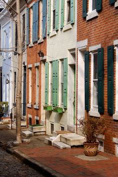 Charming rowhouses in Philadelphia. - Charming rowhouses in Philadelphia. Philadelphia Us, Abandoned Houses, Abandoned Castles, Abandoned Mansions, Abandoned Places, Townhouse Exterior, South Philly, City Aesthetic, Urban Life
