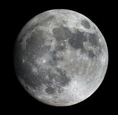 Llena, fría, insiste en febrero  En el cielo ligeras pizcas de plata  Suspiros de luz clara  La miro, e imagino su mirada  Lejos, cerca, eternamente enamorada.