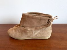 Beige Suede Slip On Flat Boots / Boho Slouchy Ankle Boots / Slip On Flat Booties / Back Lacing Suede Leather Ankle Boots Size 8   This is a vintage