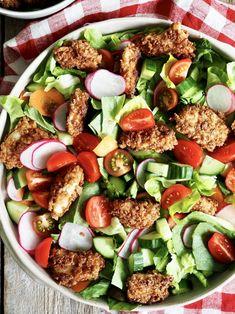 Sprøstekt kylling med salat og en kremet sennepsdressing.   Legg kyllingen på toppen av salaten eller server ved siden av.   Tips - dressingen kan også brukes som dip! Fresh Figs, Fresh Apples, Fresh Herbs, Fresh Fruit, Pecan Recipes, Candied Pecans, Fresh Mozzarella, Chicken Salad Recipes, Salad Ingredients