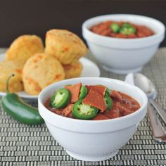 Pepperoni Chili - everyone's favorite traditional chili gets a bit of a kick with pepperoni! a big warm bowl of comfort with the flavors of pizza! Chili Recipes, Soup Recipes, Vegetarian Recipes, Vegan Vegetarian, Free Recipes, Recipies, Vegan Pepperoni, Vegan Snacks, Vegan Food