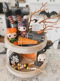 Halloween Books, Halloween Home Decor, Halloween House, Holidays Halloween, Halloween Treats, Halloween Diy, Disney Halloween Decorations, Halloween Table, Halloween Signs