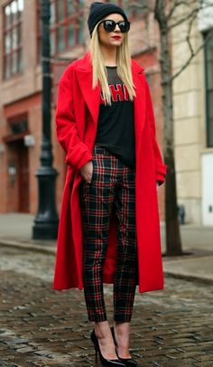 Atlantic-Pacific: Red oversized trench coat, black beanie, black heels, plaid/tartan pants and that red lipstick! Mode Outfits, Fall Outfits, Fashion Outfits, Womens Fashion, 30 Outfits, Red Fashion, Fall Fashion, Look Street Style, Street Chic