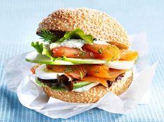 Découvrez la recette Burger norvégien au saumon fumé sur cuisineactuelle.fr.