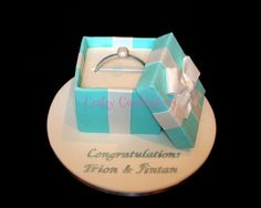 Tiffany-style engagement ring box cake, with all edible details Engagement Ring Images, Engagement Cakes, Diamond Engagement Rings, Ring Cake, Ring Verlobung, Photo Booth Setup, Gift Box Cakes, Tiffany Box, Cake Pictures