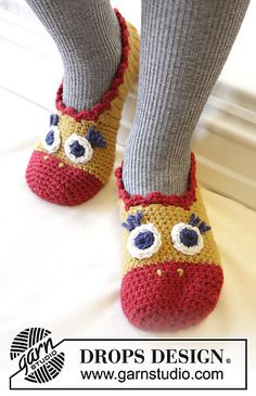 "Flapping Around - DROPS Easter: Crochet chicken slippers for adult and child in ""Nepal"". - Free pattern by DROPS Design Booties Crochet, Crochet Baby Pants, Crochet Mittens, Crochet Gloves, Easter Crochet, Crochet For Kids, Free Crochet, Crochet Pattern, Free Pattern"