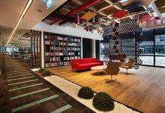 Bakırküre Architects designed the offices of glass manufacturer Şişecam, located in Istanbul, Turkey. Şişecam Headquarters's,is located at İş GYO Office Interior Design, Office Interiors, Interior Design Inspiration, Office Designs, Industrial Companies, Breakout Area, Clinic Design, Open Office, Reception Areas