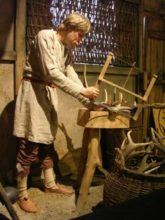 Saxon carpenter from a series of photographs courtesy of Lindsay Kerr on his visit to Ipswich Museum. Anglo Saxon Clothing, Historical Clothing, Anglo Saxon History, British History, Anglo Saxon Kingdoms, Ottonian, Merovingian, Germanic Tribes, Early Middle Ages