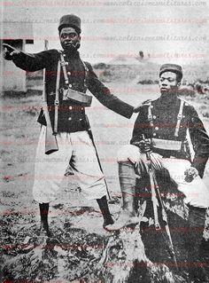 Pareja de la Guardia Colonial de la Guinea Española en acto de servicio, 1908 Descripción geográfica y gobierno, administración y colonización de las Colonias Españolas del Golfo de Guinea
