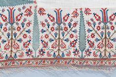 Σεντόνι στην οποία εναλλάσσονται σχηματοποιημένες φυτικές συνθέσεις με άνθη τουλίπας και γαρύφαλλα, με κυπαρίσσια πλαισιωμένα στην κορυφή από αντωπά πουλιά. Επτάνησα, 18ος αι. 2,70x1,75 μ. (ΓΕ 6245) Greek Art, Folk Art, Bohemian Rug, Textiles, Quilts, Blanket, Rugs, Pj, Home Decor