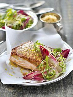 Pavé de saumon en croûte de quinoa, salade d'endive rouge, roquette et pousses - Avec sa chair moins grasse que celle des saumons d'élevage, le saumon sauvage fait une vraie différence. Choisissez-le issu de la pêche durable, c'est encore mieux !