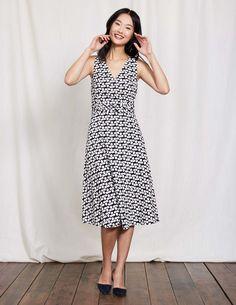 Wer braucht schon eine gute Fee, wenn ein schickes Outfit so einfach und unkompliziert sein kann? Dieses elegante Kleid mit Taillierung verleiht im Handumdrehen eine tolle feminine Figur. Es besteht aus Baumwolle und Leinen und bietet daher angenehm kühlen Tragekomfort. Wir erfüllen außerdem einen weiteren Wunsch: Taschen.