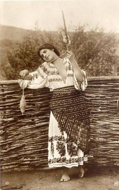 Romanian Folk Dress Various photographs depicting Romanian old folk costumes from late Century and early Century. Vintage Photos Women, Vintage Pictures, Vintage Photographs, Old Pictures, Old Photos, Indian Embroidery, Folk Embroidery, Creative Embroidery, Learn Embroidery