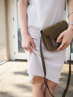 Taylr Anne looks relaxed (but amazing) in a slip dress together with ATP Atelier bag Aiale #atpatelier #atpatelierweekend #weekend #crossbody #madeinitaly #bag