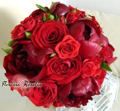 Buchet cu bujori rosii miniroze si trandafiri