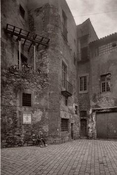Les antigues cases dels Canonges, situades al carrer de la Pietat, darrere de l'absis de la Catedral. La fotografia està realitzada abans de la radical reforma realitzada per Jeroni Martorell el 1929