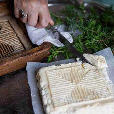 Piimäjuusto on miedonmakuinen perinneherkku, joka sopii mainiosti jouluruokien kylkeen. Tarjoa piimäjuustoa rosollin, ruisleivän tai alkupalakalojen kanssa.