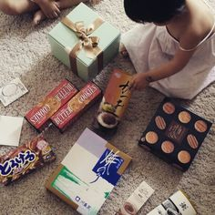 아침부터 초인종 소리 그 반가운이는 우체부 아저씨~~ 일본서 온 친구의 뜻밖에 선물! 고마워 친구~~^^ I got gifts from Japan.  Thanks my frien. #gift#일상#먹스타그램#선물#생일#카드#홈#home#일본#japan#japanesefood