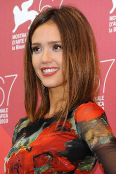 Jessica-Alba-capelli-medi-lisci-VUP3.jpg (395×594)