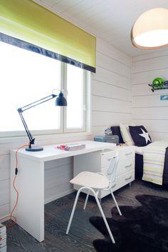 Pojan makuuhuoneessa on runsaasti hauskoja yksityiskohtia. Color-työpöydän tuoliksi on valittu todellinen Isku-klassikko, Kurt Hvitsjön 50-luvulla suunnittelema ja palkittu Tuoli 50. Office Desk, Corner Desk, Space, Boys, Interior, Modern, Kids Rooms, Furniture, Nursery