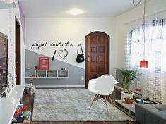 decoração com papel contact na parede da sala