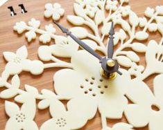 Retro kvetinové drevené nástenné hodiny .