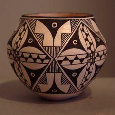 Résultat de recherche dimages pour clay pottery ideas for beginners Hand Painted Pottery, Pottery Painting, Ceramic Pottery, Southwest Pottery, Southwest Decor, Native American Pottery, Native American Indians, Pottery Designs, Pottery Ideas