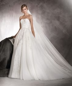 ABRIL - Wedding dress in lace and tulle. Fitted at the waist