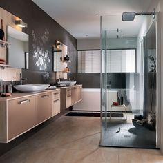 Salle de bains Fanga cuivre : une salle de bains sous le signe du confort avec son grand miroir et son large plan de toilette.
