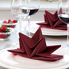 ▷ 1001 + ideas for Insta-worthy napkin folding techniques and tutorials christmas-napkin-folding-star-shaped-red-napkin-on-white-plate-wine-glasses Napkin Folding Video, Paper Napkin Folding, Christmas Napkin Folding, Christmas Tree Napkins, Christmas Table Settings, Wedding Napkin Folding, Noel Christmas, Christmas Decor, Ostern Party
