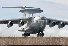 """Le Beriev A-50 (code OTAN """"Pilier"""") est une alerte aérienne de construction soviétique (AEW) avions basés sur le Ilyushin Il-76 de transport. Développé pour remplacer le Tupolev Tu-126 """"Moss"""", l'A-50 effectue son premier vol en 1978. Il est entré en service en 1984, avec environ 40 produits d'ici 1992."""