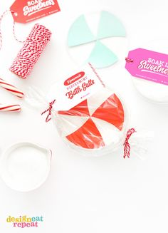 learn how to mix up a batch of diy peppermint bath salts and pair it with these free printable gift tags for homemade holiday gifts your friends family