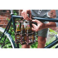 Ein Fahrrad, sechs Bierflaschen und der Gepäckträger ist schon voll. Na und? Hier hast du einen Lederhalter fürs Sixpack, den du vorne an der Stange befestigst - vorausgesetzt, du nennst ein echtes Herrenrad dein eigen. Der Clou: Du hast...