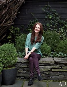 In the garden of her family's New York City townhouse, Julianne Moore sits on a low flagstone wall, amid plantings of loosely trimmed boxwood and ivy.remember in the spring to start moss in my boxwoods Julianne Moore, Celebrity Houses, Celebrity Style, Little Green Notebook, New York Photos, Christina Ricci, Flagstone, Celebs, Celebrities