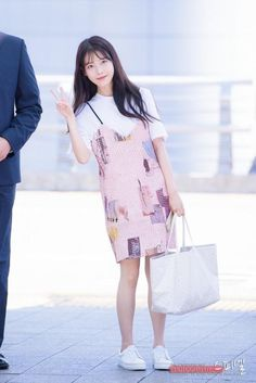 Image in 🍥female idol airport fashion🍥 collection by 니니 Korean Airport Fashion, Korean Fashion Kpop, Korea Fashion, Fashion Idol, Fashion Outfits, Kpop Mode, J Pop, Korean Dress, Kpop Outfits