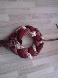 Věnec v bordó odstínech 4th Of July Wreath, Burlap Wreath, Wreaths, Home Decor, Decoration Home, Door Wreaths, Room Decor, Burlap Garland, Deco Mesh Wreaths