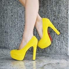 Este es un tacón alto amarillo elegante...atrae el color de tu piel y te hace ver más elegante....es muy bonito el color amarillo...pero hay que saber usarlo...