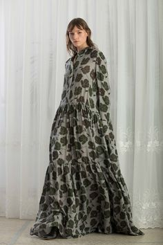 The complete Christian Wijnants Pre-Fall 2018 fashion show now on Vogue Runway.