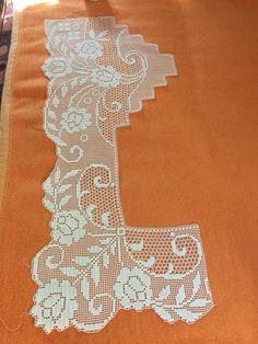 """lace filet crochet linens border edging bordo per lenzuola"" Filet Crochet Charts, Crochet Motifs, Crochet Borders, Crochet Art, Crochet Bunny, Crochet Doilies, Crochet Flowers, Knitting Patterns, Crochet Patterns"