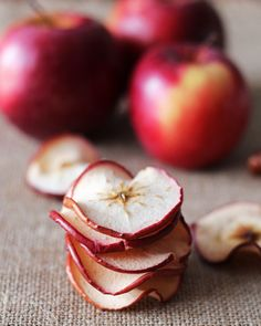 Start the year out right with healthy snacks. These baked apple chips are all natural - plain or with cinnamon-maple flavor. Good snack for when you need crunchy or sweet or both. Healthy Baking, Healthy Treats, Healthy Lunches, Healthy Foods, No Bake Snacks, Snacks Kids, Party Snacks, Biscuits, Baked Apples