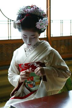 Not only are geisha not prostitutes, they are also not allowed to be in a relationship for as long as they choose to be a geisha. If they wed, they must retire from the profession. Geisha Japan, Geisha Art, Geisha Makeup, Kimono Japan, Japanese Kimono, Japanese Beauty, Asian Beauty, Yukata, Japan Art