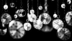 Platon, Baudelaire, Bergson, Proust, Einstein... l'histoire du temps est une question qui partage l'histoire de la philosophie. Elle répartit en deux catégories les différentes doctrines philosophique du temps. Pour l'une, le temps n'a pas besoin de nous pour être, pour l'autre, le temps est un passage, le transit d'un sujet. Trois regards sur le temps : en physique, en philosophie et en littérature. Le temps existe t-il ?