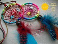 Colares com caçadores de sonhos multicoloridos.