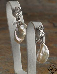 """Pendientes de plata de 1ª ley de 925"""" en forma de flores con circonitas y perlas barrocas naturales cultivadas, cierre omega (Dto. -5%) #rebajas #ofertas #joyas"""