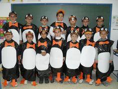 disfraz de pingüinos hechos con bolsas de basura, cartulina y gorras pintadas