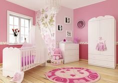 Babyzimmer Für Mädchen, Rosa Wände Mit Blumenmotiven, Weiße Holzmöbel,  Ideen Für Einrichtung