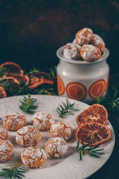 Mandelkakor med saffran och apelsin, en julig variant | Blomster&Bakverk No Bake Desserts, Delicious Desserts, Dessert Recipes, Swedish Recipes, Sweet Recipes, Homemade Sweets, Scandinavian Food, Gluten Free Cookies, Winter Food