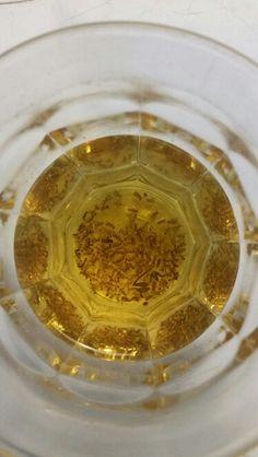 Zat van fruitvliegjes? Mix azijn, water en een drupje afwasmiddel in een glaasje en voilá! Peanut Butter, Water, House, Food, Gripe Water, Home, Essen, Meals, Homes